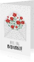 Bedankkaart met mooie bloemen die uit een envelop komen
