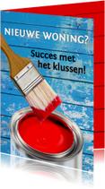 Felicitatiekaart met rode verf en blauwe muur. KLAAR!