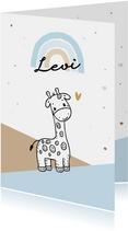 Felicitatiekaart voor geboorte jongen met giraf in de bergen
