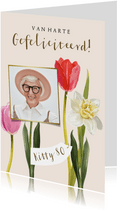 Fleurige kaart met geïllustreerde voorjaarsbloemen