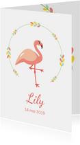Geboortekaartje met elegante flamingo onder een bloemenkrans