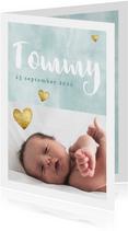Geboortekaartje voor jongen met waterverf en gouden hartjes