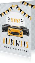 Geslaagd rijbewijs voor jongen met auto's en vlaggen