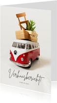 Grappig verhuisbericht met volgepakt rood Volkswagenbusje