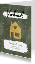 Hippe kerst verhuiskaart met huisje, verf en gouden spetters