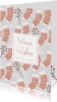 Hippe kerstkaart Warm Wishes sokken patroon en sneeuw