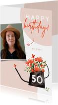 Hippe verjaardagskaart vrouw bloemen in gieter roze met foto