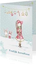 Kerstkaart meisje in de sneeuw met kerstversiering