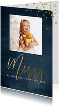 Kerstkaart met blauwe achtergrond en goudlook letters