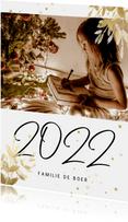 Kerstkaart met foto, gouden sterren en handgeschreven 2022