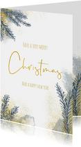 Kerstkaart met kerstboom takjes en goud en waterverf