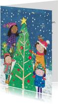 Kerstkaart met kinderen die een kerstboom versieren