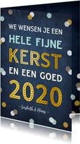 Kerstkaart staand met vrolijke gouden tekst 2020 & confetti