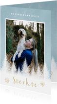 Kerstkaart sterkte met witte boompjes, sneeuwvlokken en foto