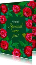 Leuke bloemenkaart met rode rozen op donkere ondergrond