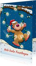 Leuke kerstkaart met beertje, die schommelt kerstverlichting