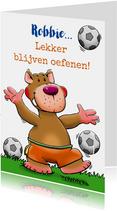 Leuke kinderkaart met grappig voetballend beertje