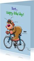 Leuke verjaardagskaart jarig beertje op racefiets met beker.