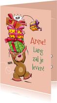 Leuke verjaardagskaart voor een kind met een stapel pakjes