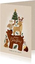 Lieve kerstkaart met bosdieren in kerstboom vorm en sneeuw