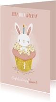 Lieve verjaardagskaart meisje met konijntje in cupcake