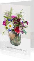 Moderne bloemenkaart met een veldboeket met Dahlia's in vaas