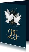 Moderne felicitatiekaart jubileum '25' met duiven & spetters