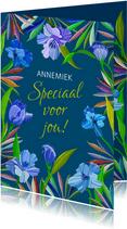 Mooie bloemenkaart met blauwe lelies op donker