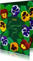 Mooie bloemenkaart voor een jarige met violen op groen