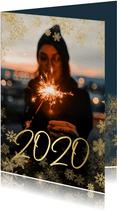 Nieuwjaarskaart grote foto met sneeuwkader en gouden 2020