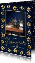 Nieuwjaarskaart met gouden pootafdrukjes en foto kat of hond