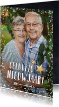 Nieuwjaarskaart met grote foto en witte confetti rondom