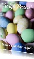 Paaskaart met pastelkeurige eieren vrolijk pasen!
