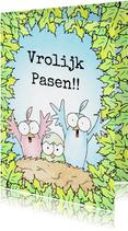 Paaskaart met twee vogels en kuikentje in een nest