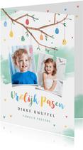 Paaskaart vrolijk pasen paastak met beschilderde eieren foto