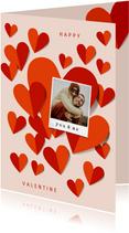 Romantische valentijnskaart met veel hartjes en foto