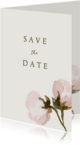 Save the date kaart met roze bloemen en ruimte voor een foto