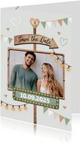 Save the date trouwkaart houtlook festival style wegwijzers