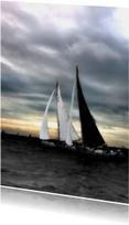 Fryske kaartsjes - skutjes tegen donkere hemel