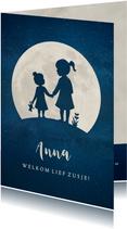 Staand geboortekaartje met silhouet van 2 zusjes in de maan