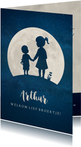 Staand geboortekaartje met silhouet van broer en zus in maan