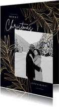 Stijlvolle donkerblauwe kerstkaart met foto en gouden takken