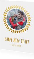 Stijlvolle dubbele witte nieuwjaarskaart met goudlook krans