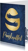 Stijlvolle paaskaart met gouden ei met knuffel omhelzing