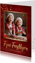 Stijlvolle rode kerstkaart met eigen foto en gouden tekst