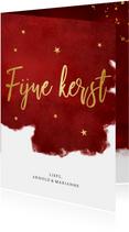 Stijlvolle rode kerstkaart met goudlook letters fijne kerst