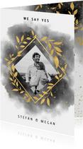 Stijlvolle trouwkaart waterverf, gouden takjes en spetters