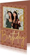 Stijlvolle verjaardagskaart met roze art-deco stijl en foto