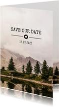 Stoere Save the Date kaart met een berg landschap en datum