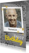 Stoere verjaardagskaart met beton, spetters en foto